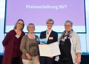 Übergabe des Ehrenpreises an Meike Wengler, Projektleiterin der Messe Leben und Tod